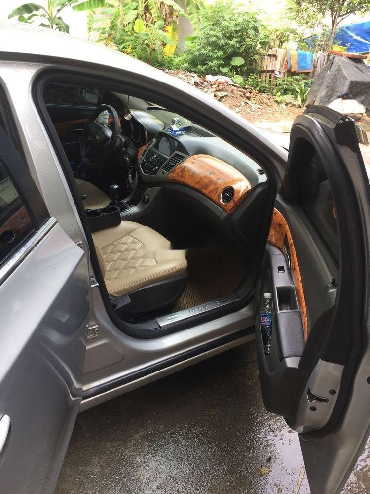 Cần bán lại xe Chevrolet Cruze đời 2010, màu bạc số sàn (4)