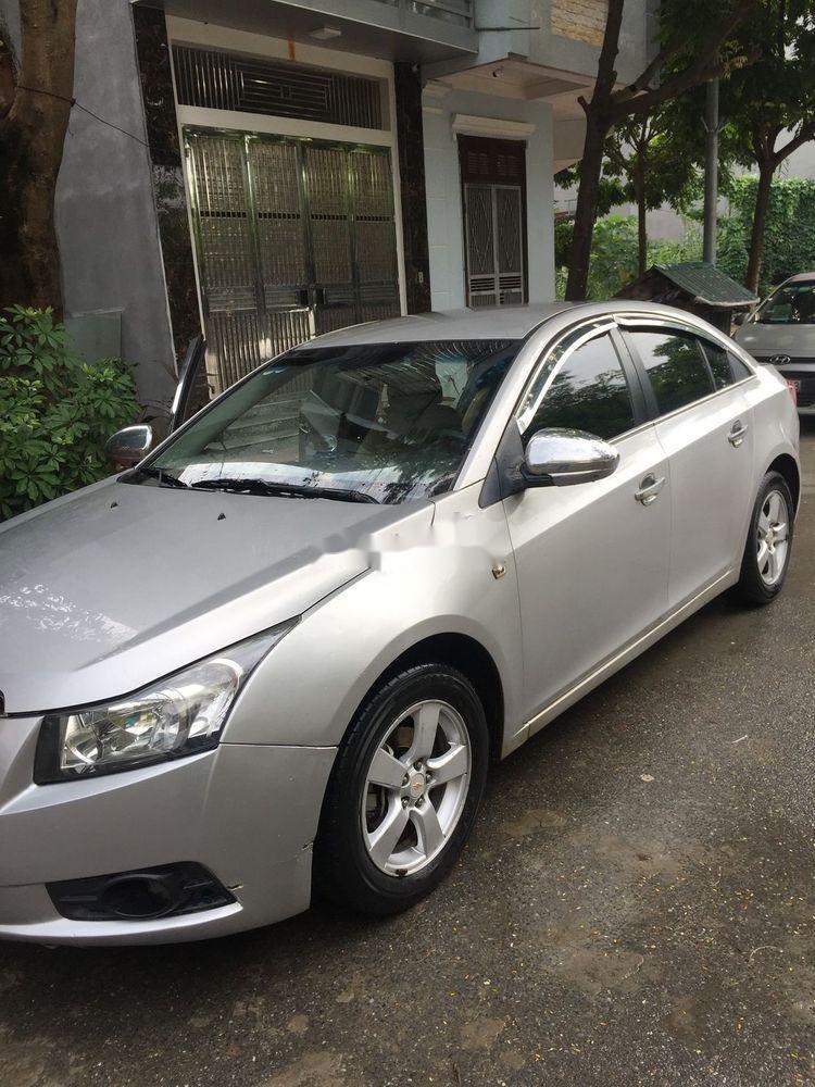 Cần bán lại xe Chevrolet Cruze đời 2010, màu bạc số sàn (2)