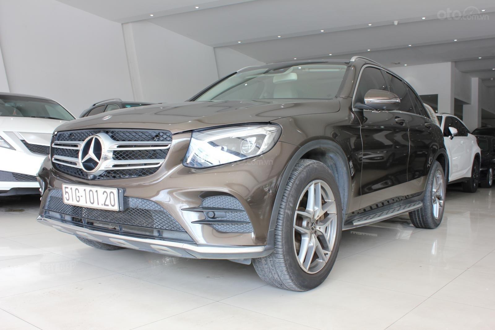 Cần bán Mercedes GLC300 sản xuất 2017, màu nâu (1)