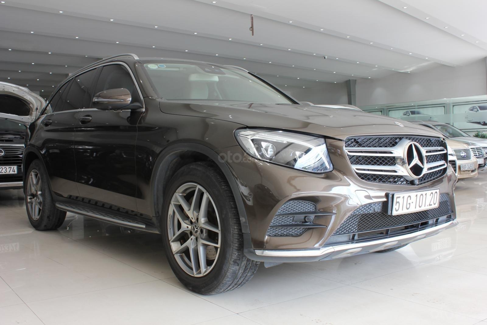 Cần bán Mercedes GLC300 sản xuất 2017, màu nâu (3)