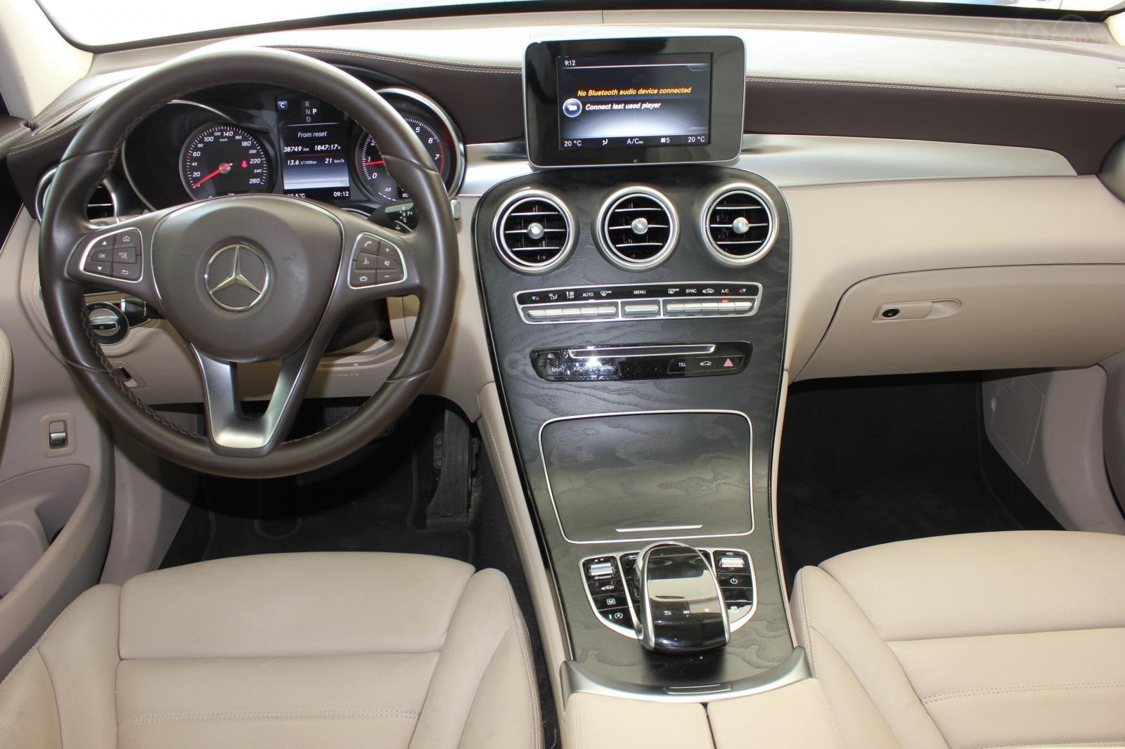 Cần bán Mercedes GLC300 sản xuất 2017, màu nâu (14)