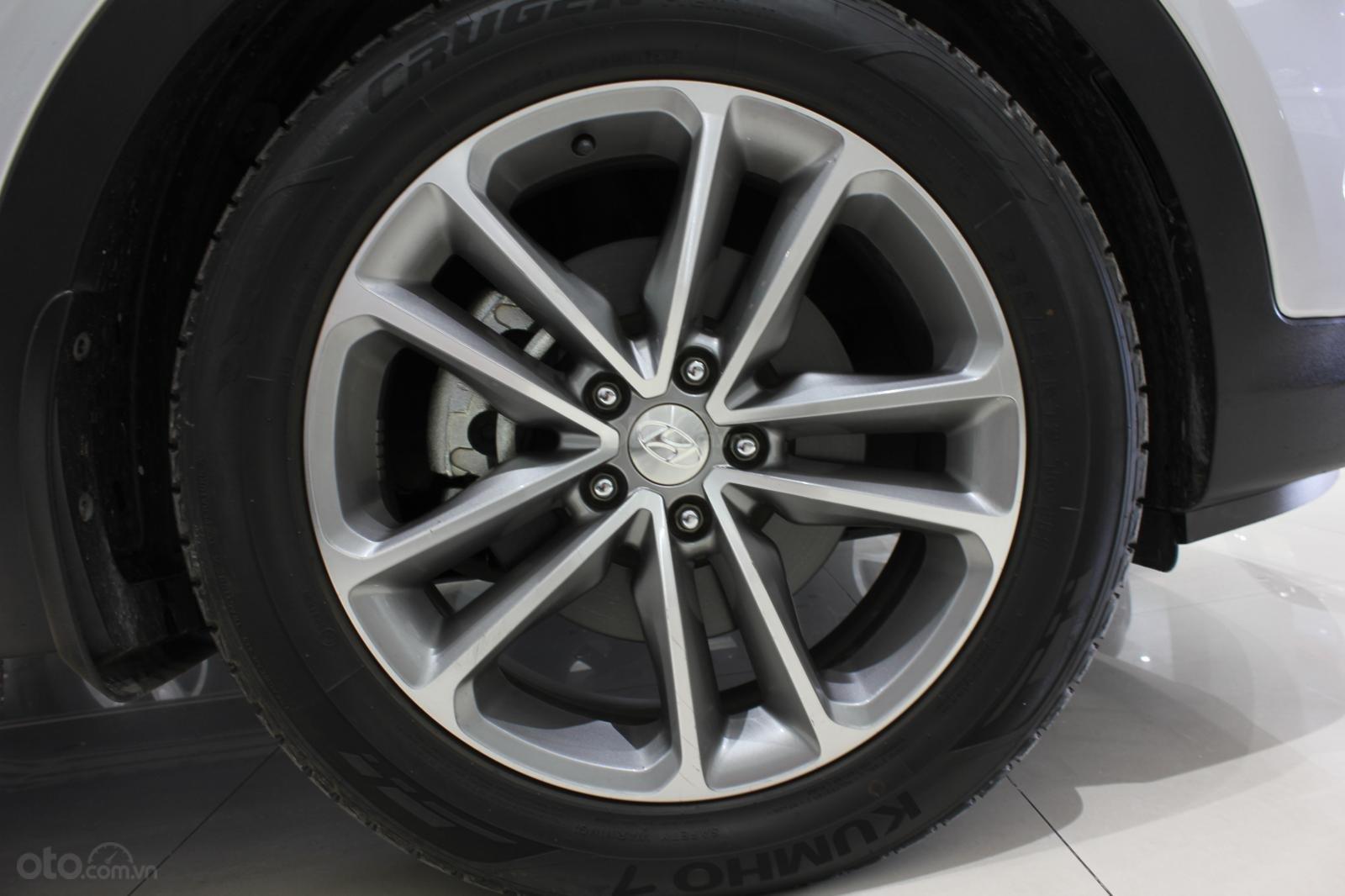 Bán xe Hyundai Santa Fe 2.2 4WD năm sản xuất 2017, màu bạc (4)