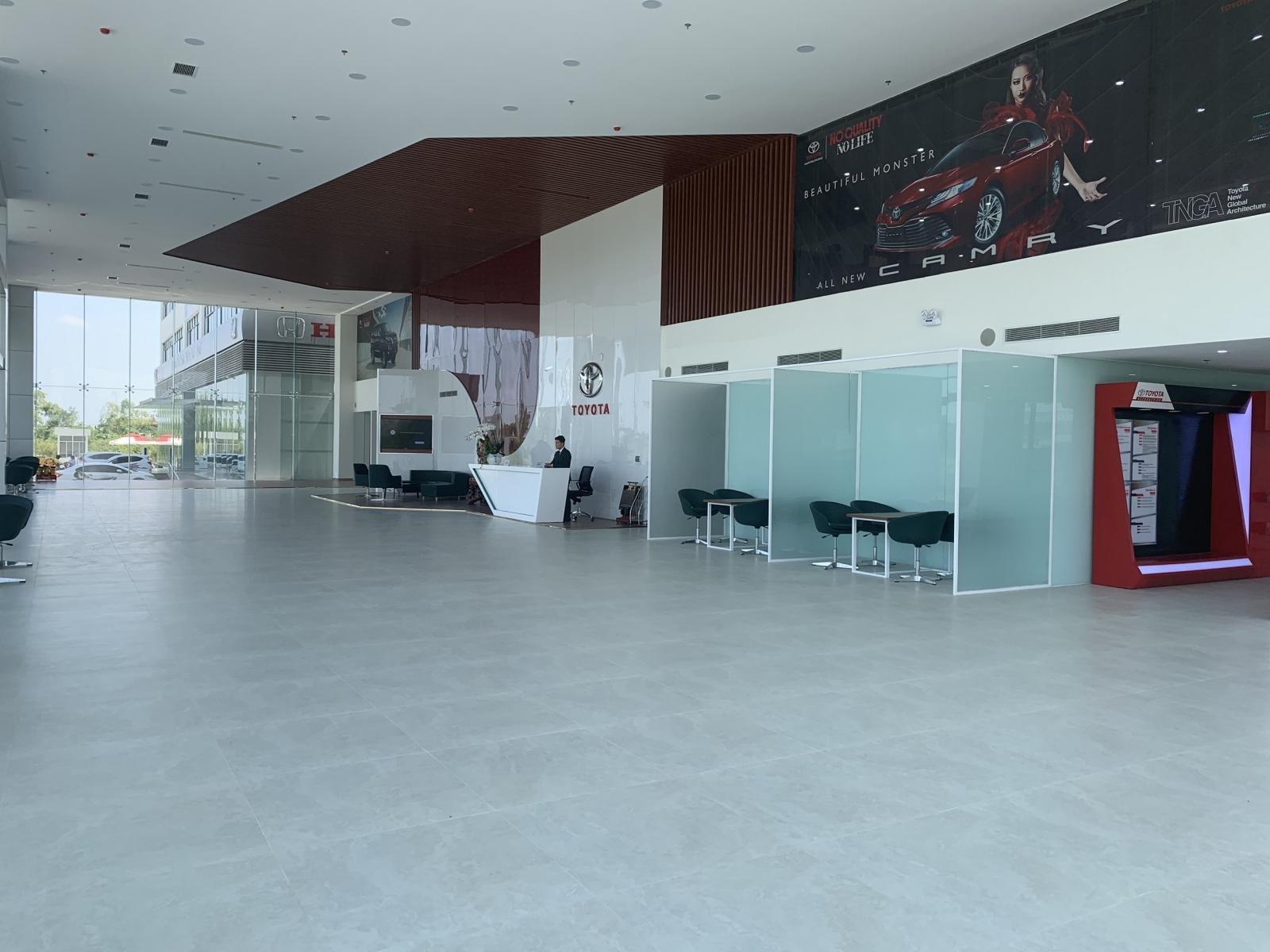 Khu vực showrom trưng bày của Toyota Huế.