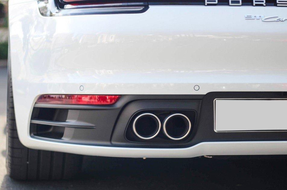 Porsche 911 Carrera S trang bị ống xả kép dạng tròn.