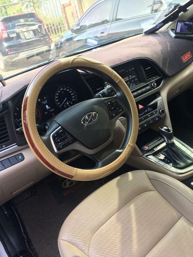 Cần bán gấp Hyundai Elantra năm 2018, màu trắng, nhập khẩu nguyên chiếc xe gia đình (2)