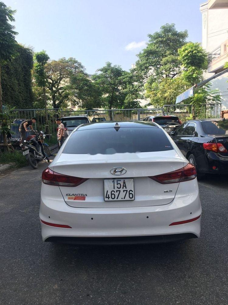 Cần bán gấp Hyundai Elantra năm 2018, màu trắng, nhập khẩu nguyên chiếc xe gia đình (4)