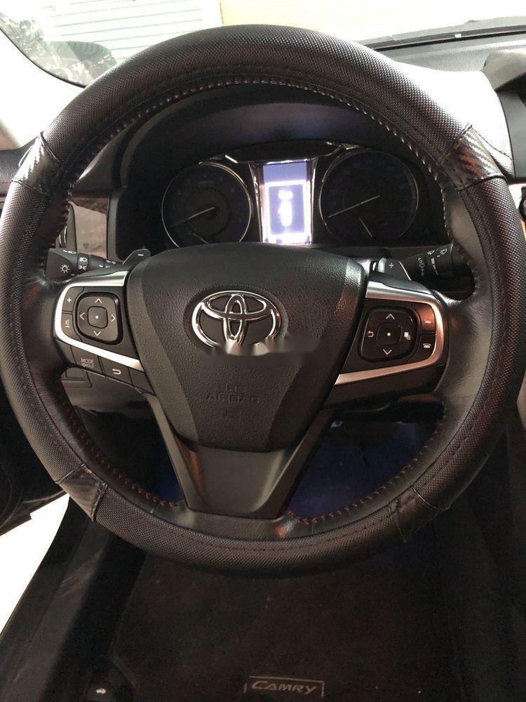 Bán Toyota Camry sản xuất năm 2017, màu đen như mới (4)