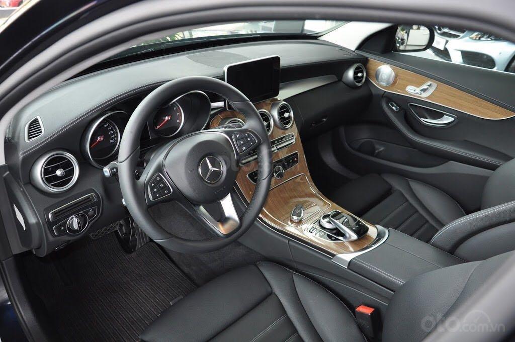 Cần bán xe Mercedes C250 Exclusive đời 2018, màu đen, xe còn mới nguyên tem, zin 100% (5)