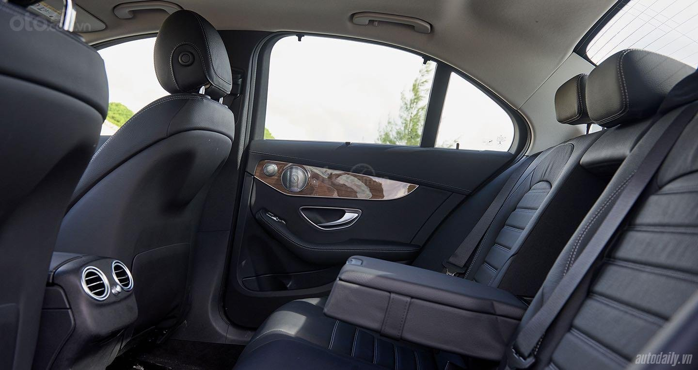 Cần bán xe Mercedes C250 Exclusive đời 2018, màu đen, xe còn mới nguyên tem, zin 100% (6)