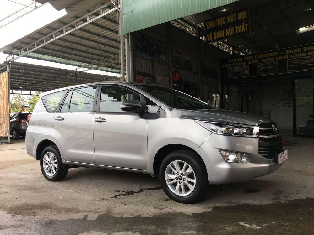 Cần bán xe Toyota Innova năm sản xuất 2017, màu bạc xe còn nguyên bản (1)