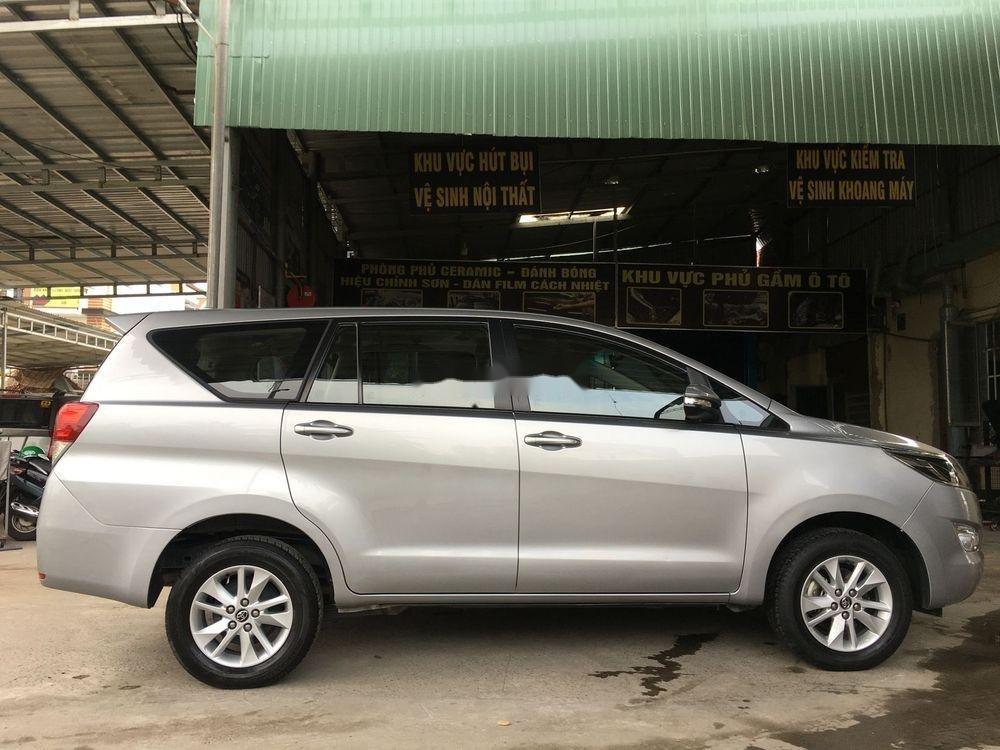 Cần bán xe Toyota Innova năm sản xuất 2017, màu bạc xe còn nguyên bản (2)