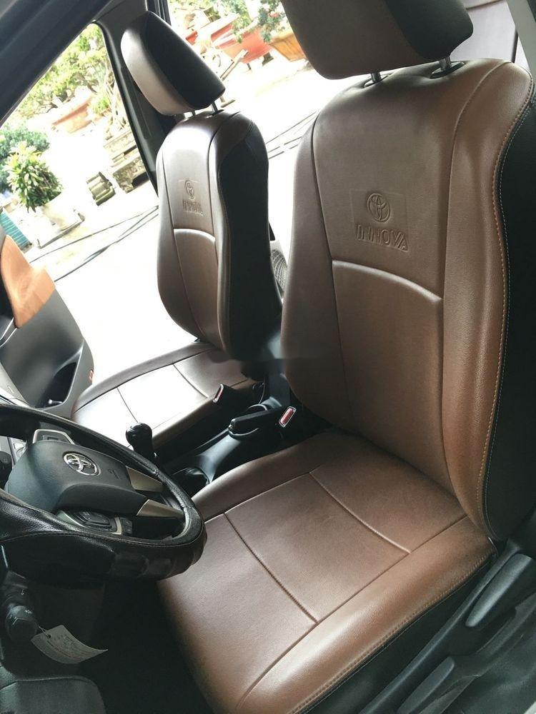 Cần bán xe Toyota Innova năm sản xuất 2017, màu bạc xe còn nguyên bản (8)