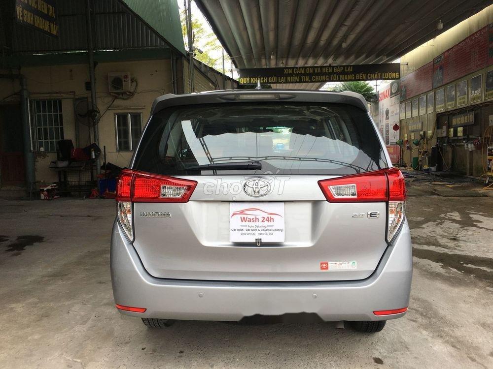 Cần bán xe Toyota Innova năm sản xuất 2017, màu bạc xe còn nguyên bản (4)