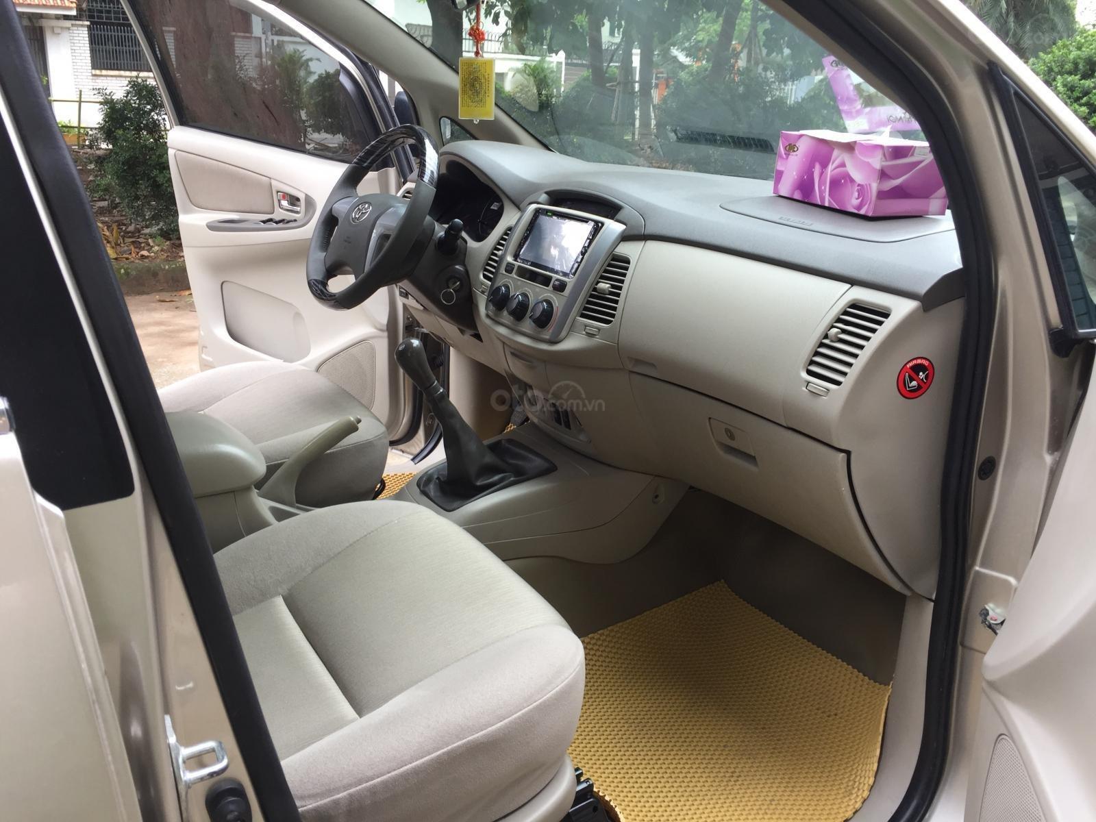 Tôi cần bán gấp chiếc Toyota Innnova 2.0E xịn 2015 xố sàn màu cát vàng chính chủ tôi đang sử dụng lh 0988629735 (8)