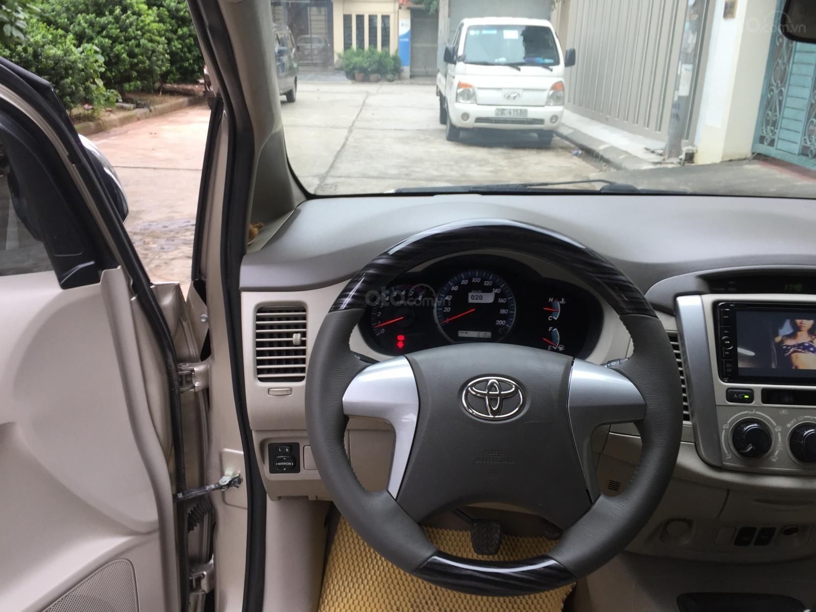 Tôi cần bán gấp chiếc Toyota Innnova 2.0E xịn 2015 xố sàn màu cát vàng chính chủ tôi đang sử dụng lh 0988629735 (9)