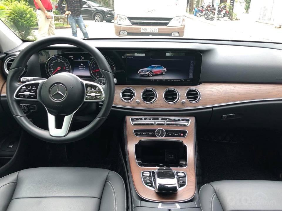 Mercedes E200 model 2019, màu trắng/đen biển Hà Nội (4)
