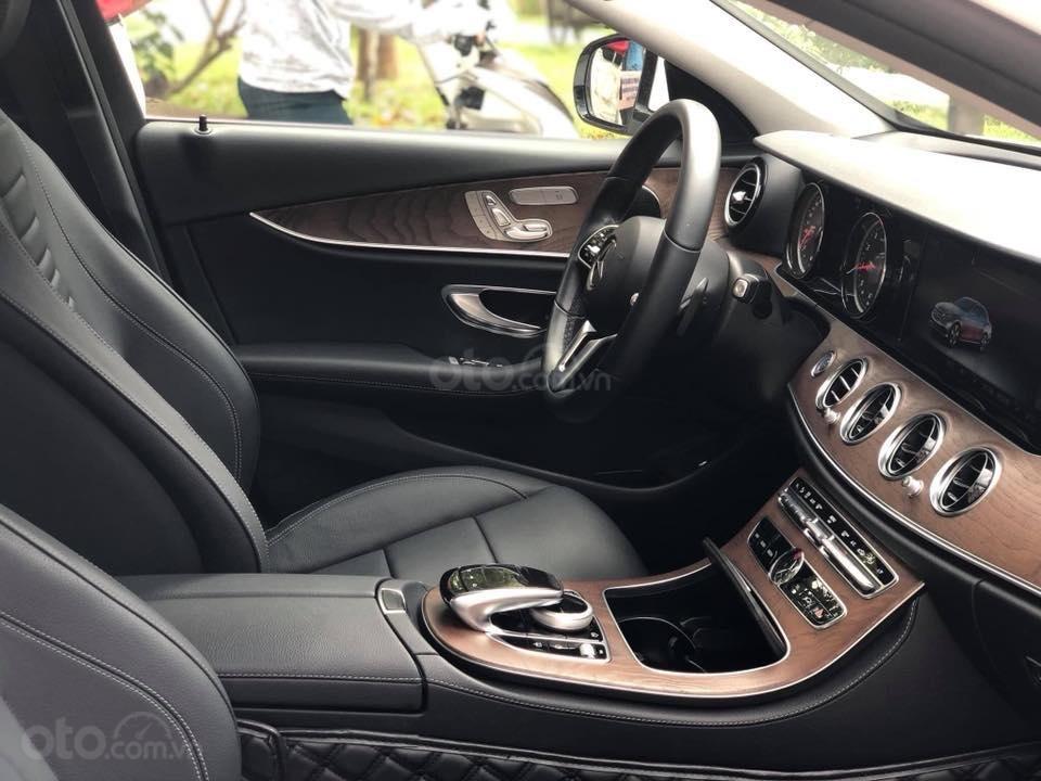 Mercedes E200 model 2019, màu trắng/đen biển Hà Nội (5)