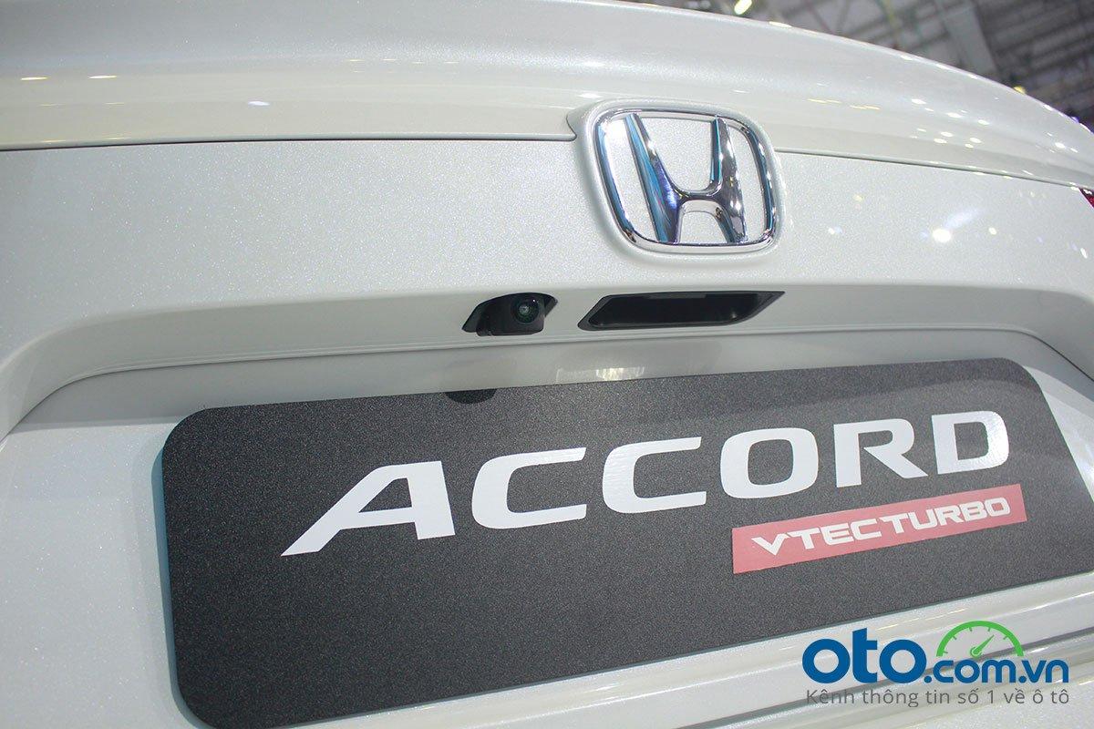 So sánh xe Toyota Camry 2019 và Honda Accord 2020 về thiết kế đuôi xe - Ảnh 3.