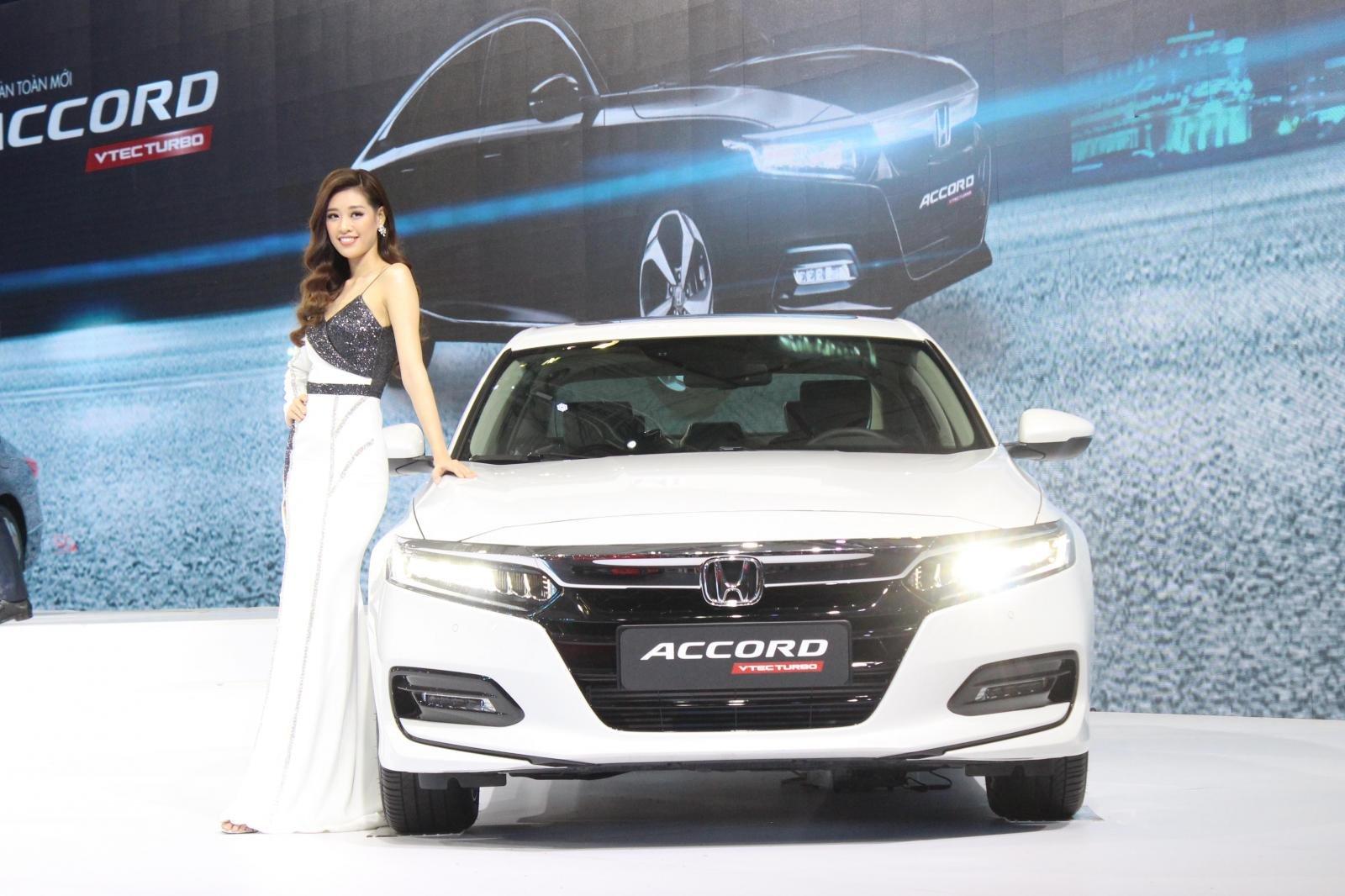 So sánh xe Toyota Camry 2019 và Honda Accord 2020 về thiết kế đầu xe - Ảnh 1.