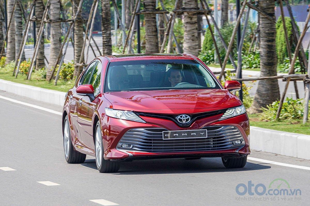So sánh xe Toyota Camry 2019 và Honda Accord 2020 về thiết kế đầu xe.