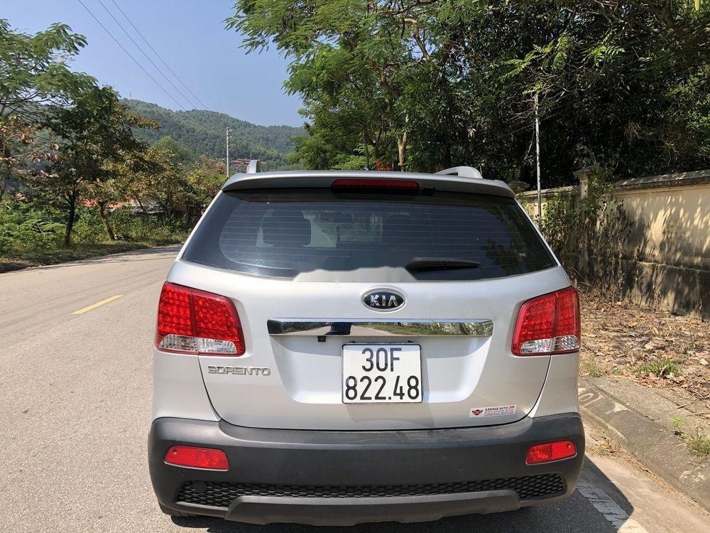Cần bán gấp Kia Sorento sản xuất năm 2013, màu bạc xe gia đình xe nguyên bản (2)