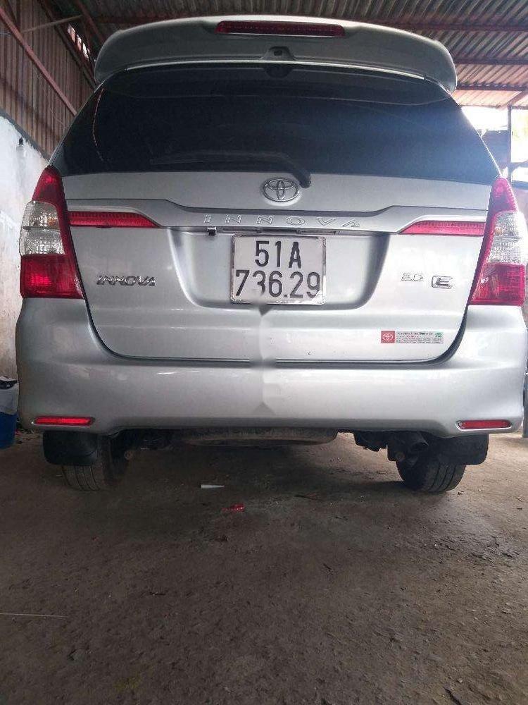 Cần bán lại Toyota Innova năm sản xuất 2014, màu bạc, giá tốt (4)