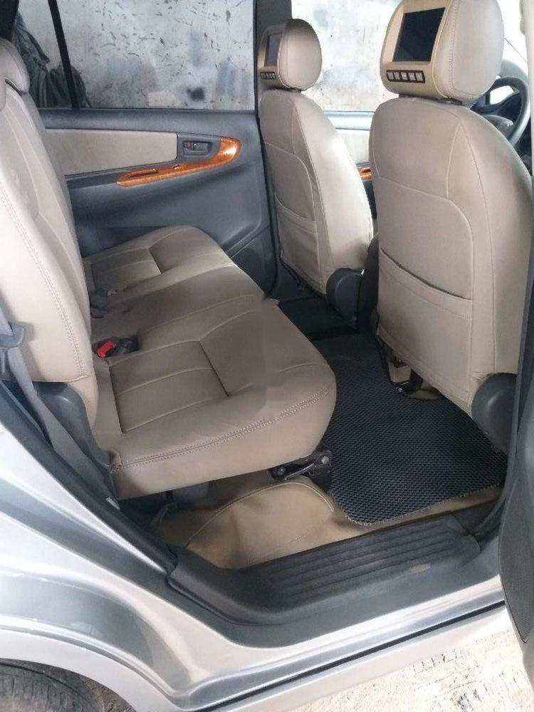 Cần bán lại Toyota Innova năm sản xuất 2014, màu bạc, giá tốt (6)