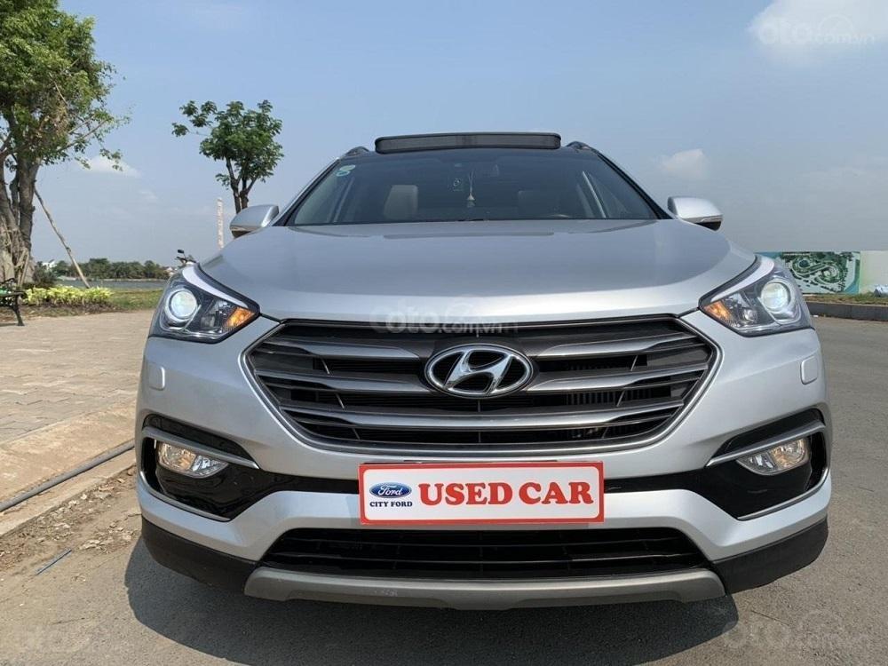 Cần bán Hyundai Santa Fe 2017 diesel 2.2L hai cầu, màu bạc tại TP. HCM (1)