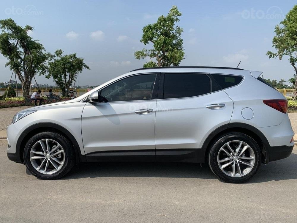 Cần bán Hyundai Santa Fe 2017 diesel 2.2L hai cầu, màu bạc tại TP. HCM (2)