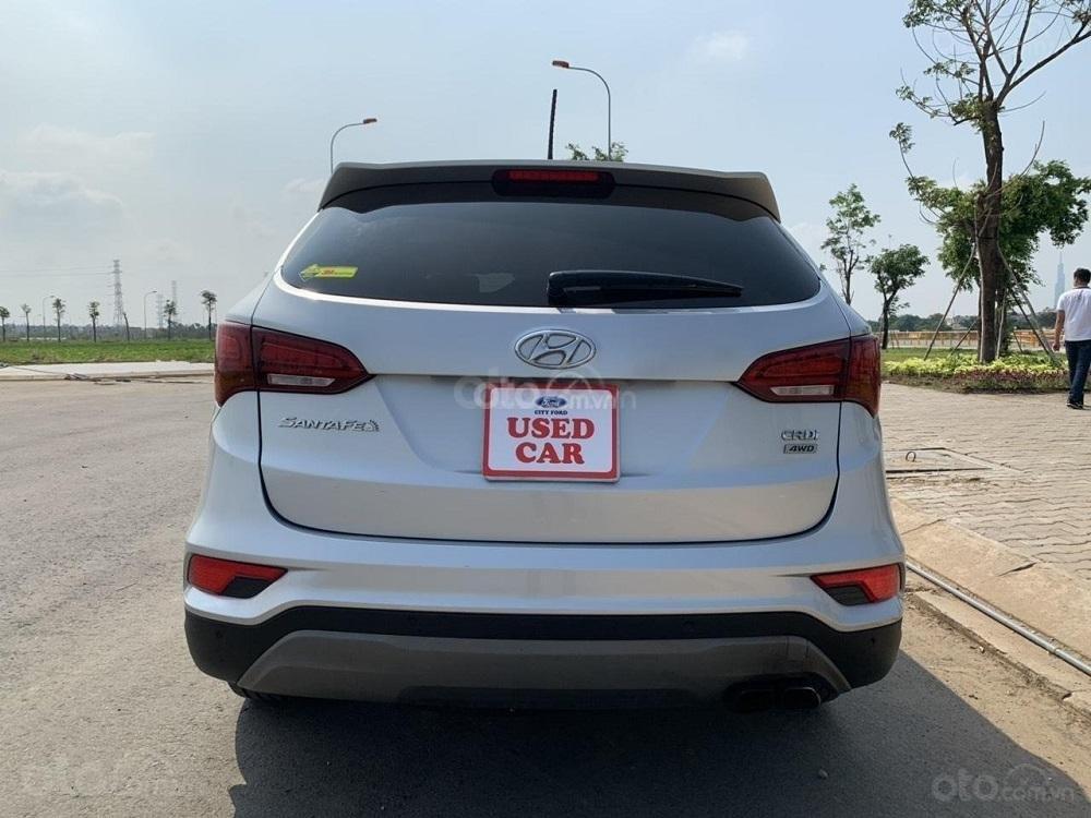 Cần bán Hyundai Santa Fe 2017 diesel 2.2L hai cầu, màu bạc tại TP. HCM (3)