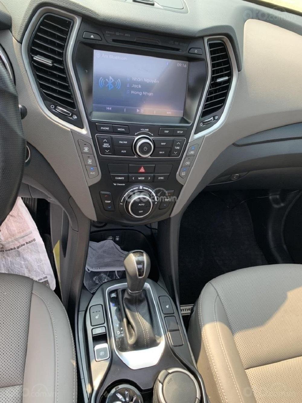 Cần bán Hyundai Santa Fe 2017 diesel 2.2L hai cầu, màu bạc tại TP. HCM (4)
