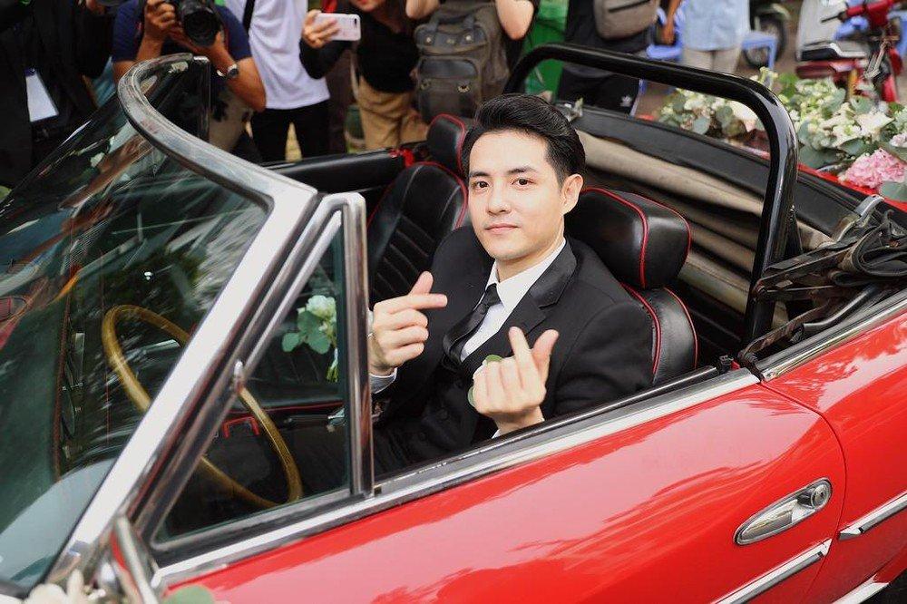 Ông Cao Thắng cầm lái Fiat 124 Sport Spider.