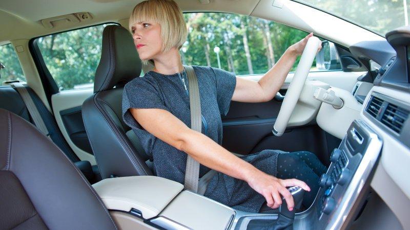 người phụ nữ lái lùi xe