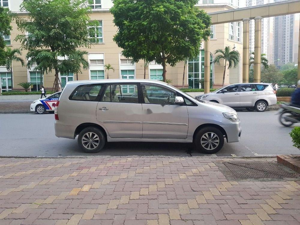 Cần bán lại xe Toyota Innova 2016, màu bạc xe nguyên bản (1)