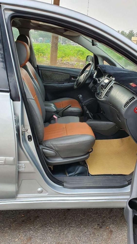 Bán Toyota Innova sản xuất năm 2013, màu bạc xe nguyên bản (9)