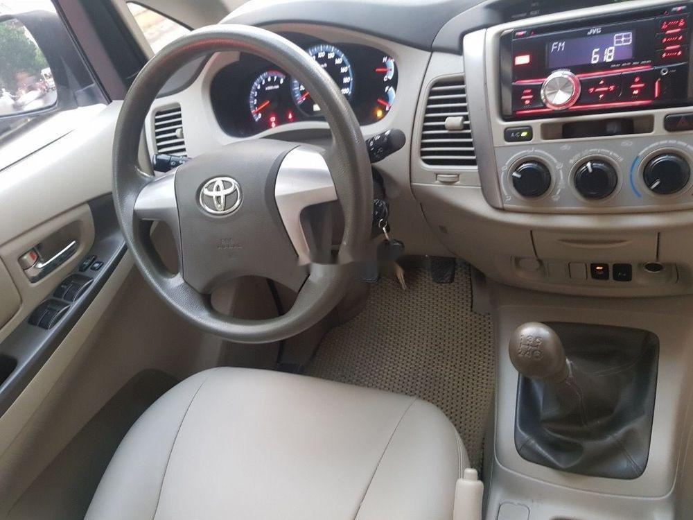 Cần bán lại xe Toyota Innova 2016, màu bạc xe nguyên bản (2)