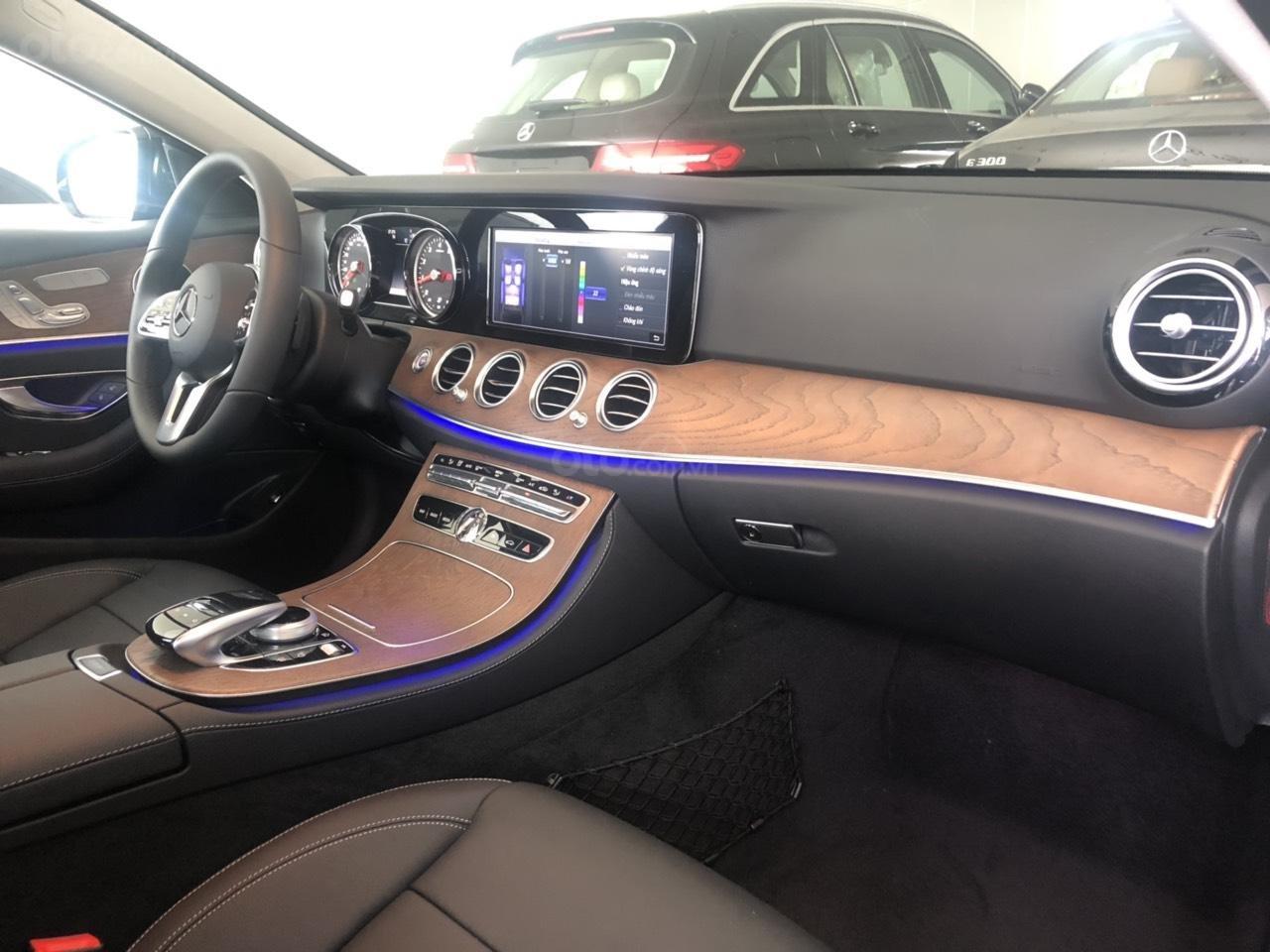 Bán Mercedes-Benz E200 2019 cũ, chính hãng, đi 50 km (6)