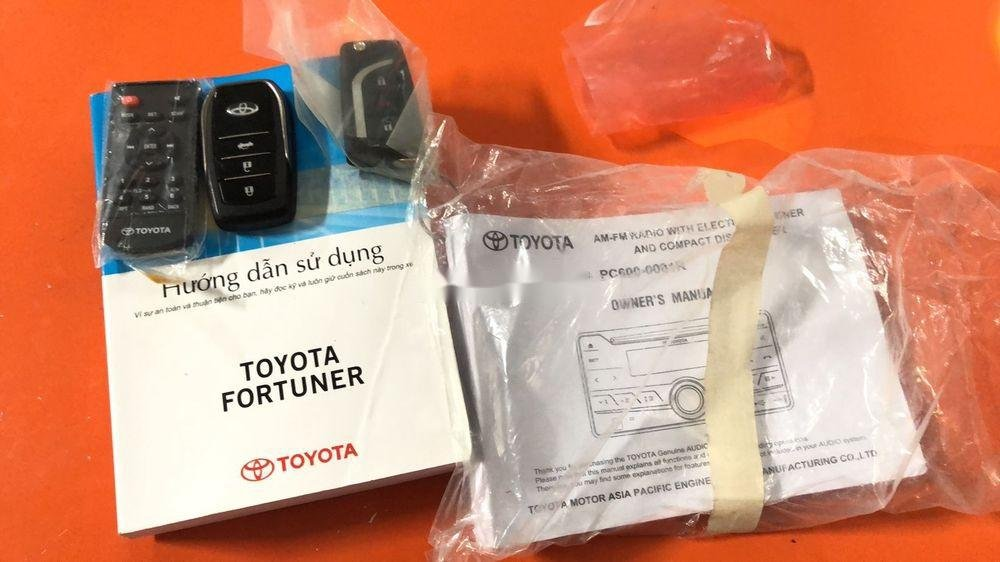 Cần bán gấp Toyota Fortuner năm sản xuất 2017, màu bạc, xe nhập chính hãng (8)