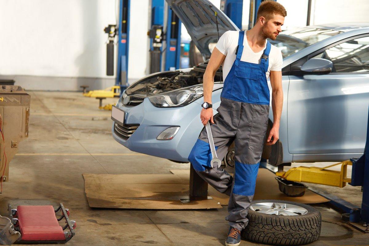 thợ sửa ô tô