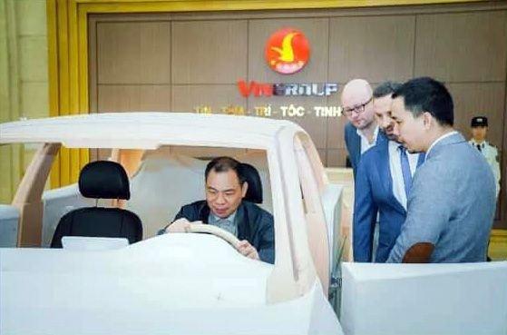 Chủ tích Phạm Nhật Vượng kiểm tra mô hình xe VinFast a1