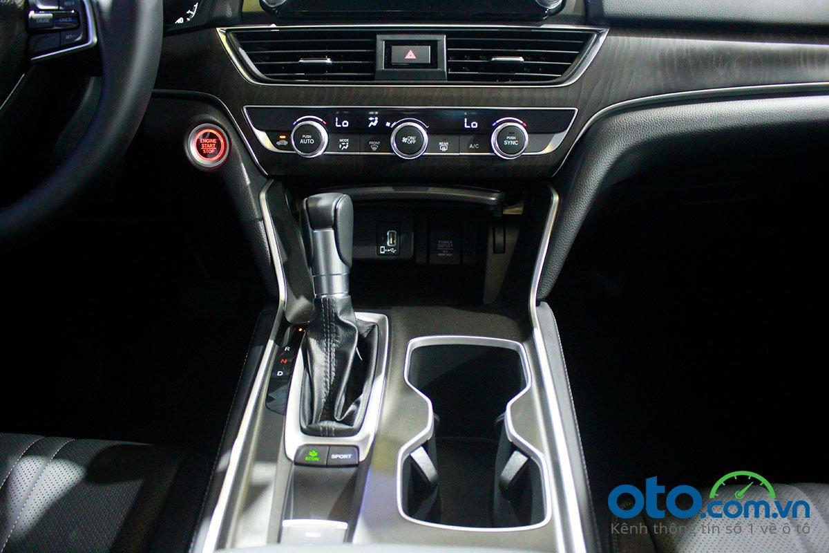 So sánh xe Kia Optima 2019 và Honda Accord 2020 về nội thất - Ảnh 7.