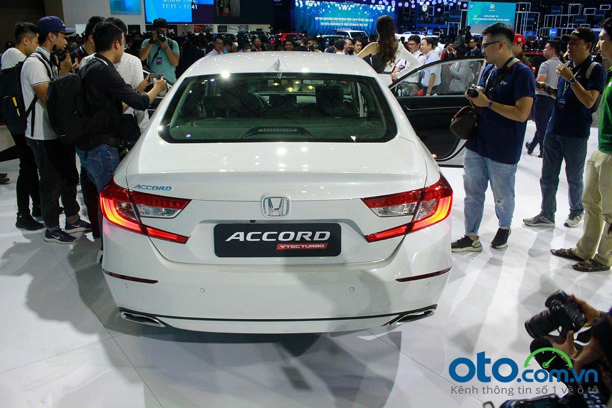 So sánh xe Kia Optima 2019 và Honda Accord 2020 về thiết kế đuôi xe - Ảnh 1.