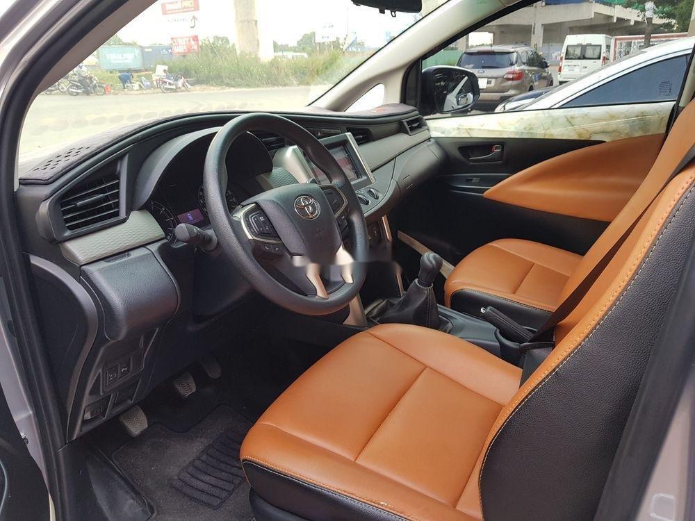 Bán xe Toyota Innova đời 2018, màu bạc số sàn (9)