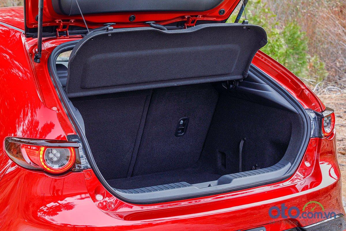 Đánh giá xe Mazda 3 Sport 2020 2.0L Premium: Không gian để đồ được tăng thêm 20 lít.