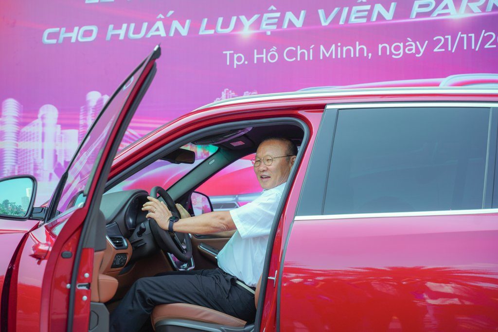 HLV Park Hang Seo được tặng VinFast LUX SA2.0 bản đặc biệt a3