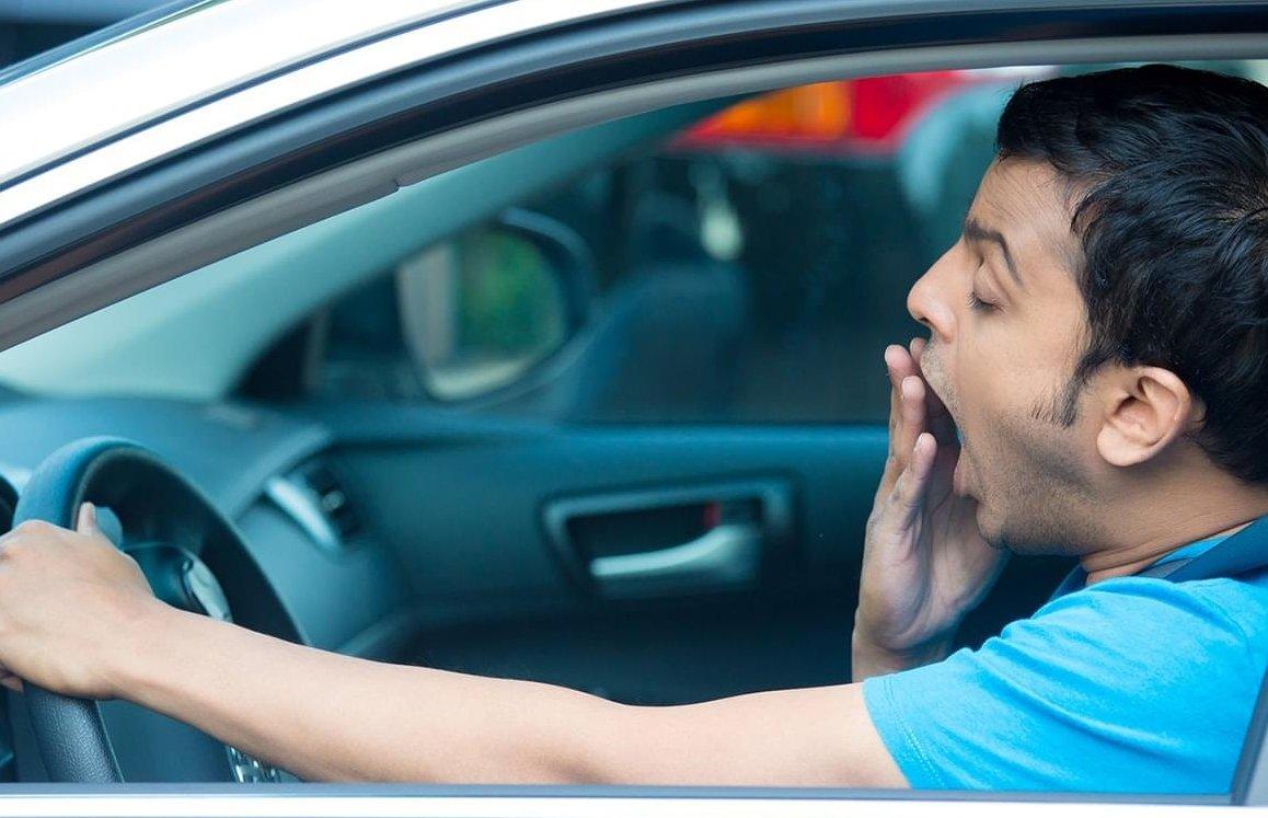 Kinh nghiệm lái xe ô tô đường dài an toàn là không điều khiển phương tiện khi buồn ngủ.