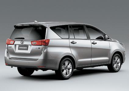 Phần cửa sau của Toyota Innova được thiết kế góc cạnh