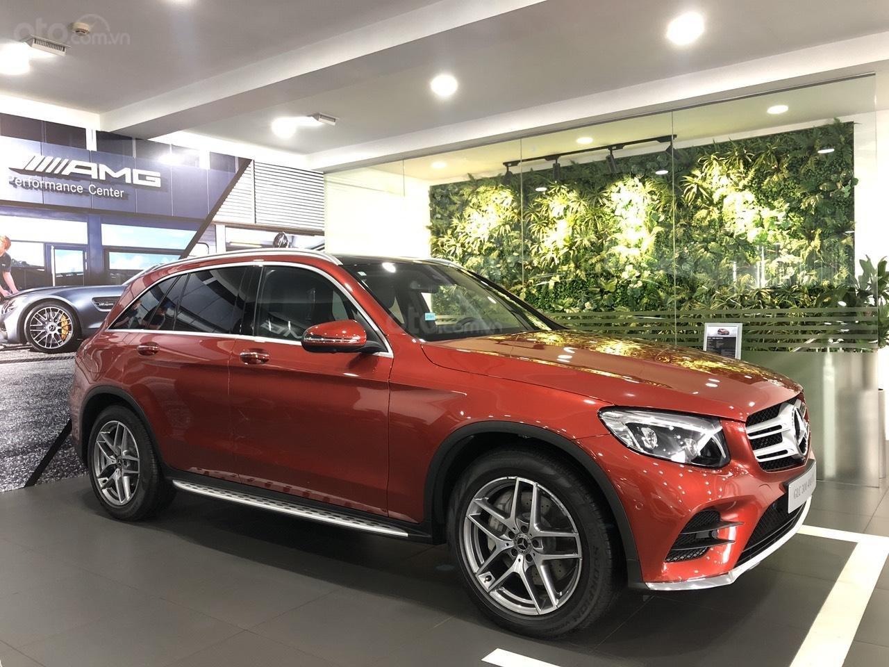 Cần bán nhanh chiếc Mercedes GLC - Class 300 AMG, năm 2019 - Có sẵn xe - Giao nhanh toàn quốc (14)