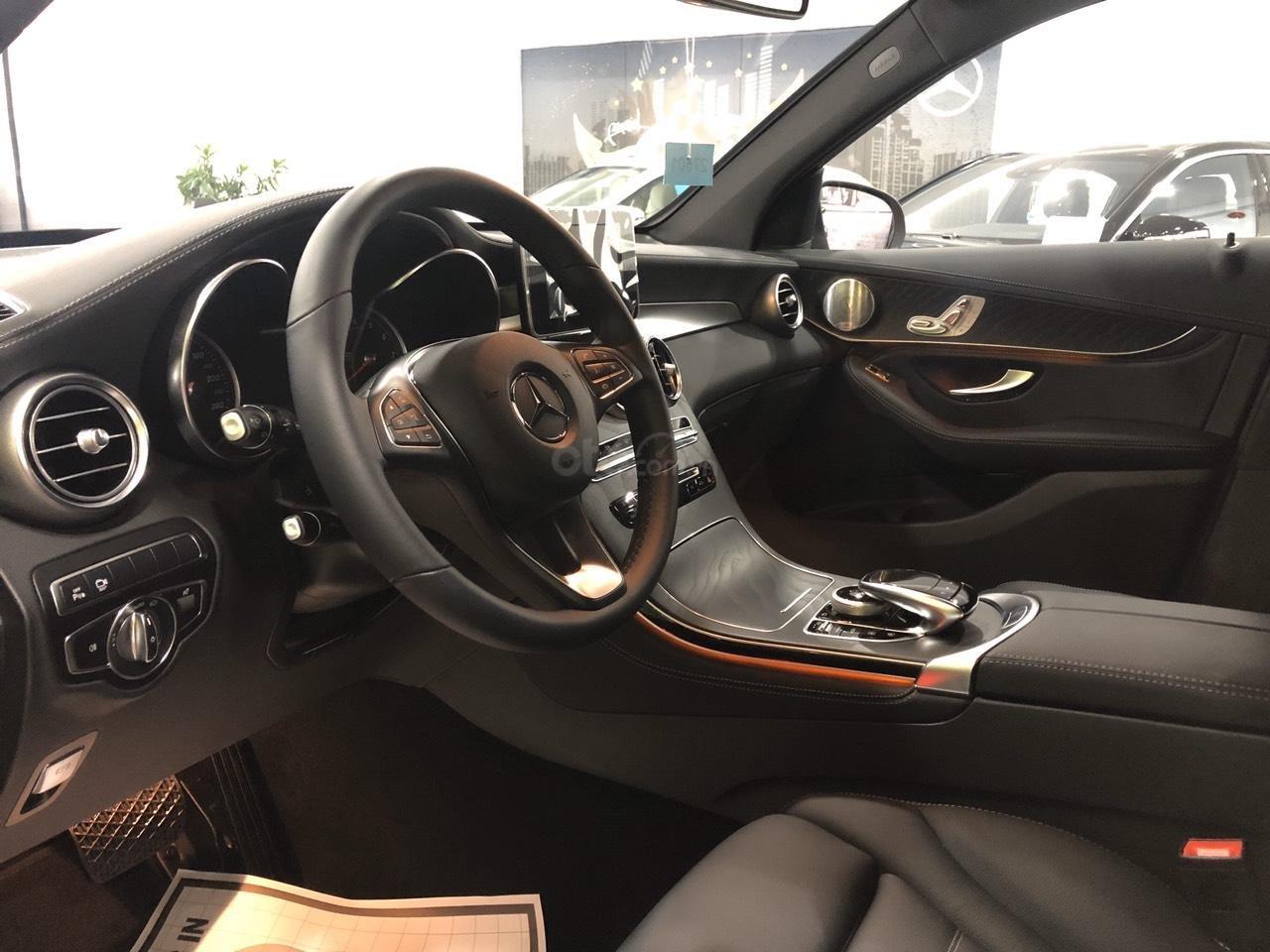 Cần bán nhanh chiếc Mercedes GLC - Class 300 AMG, năm 2019 - Có sẵn xe - Giao nhanh toàn quốc (16)