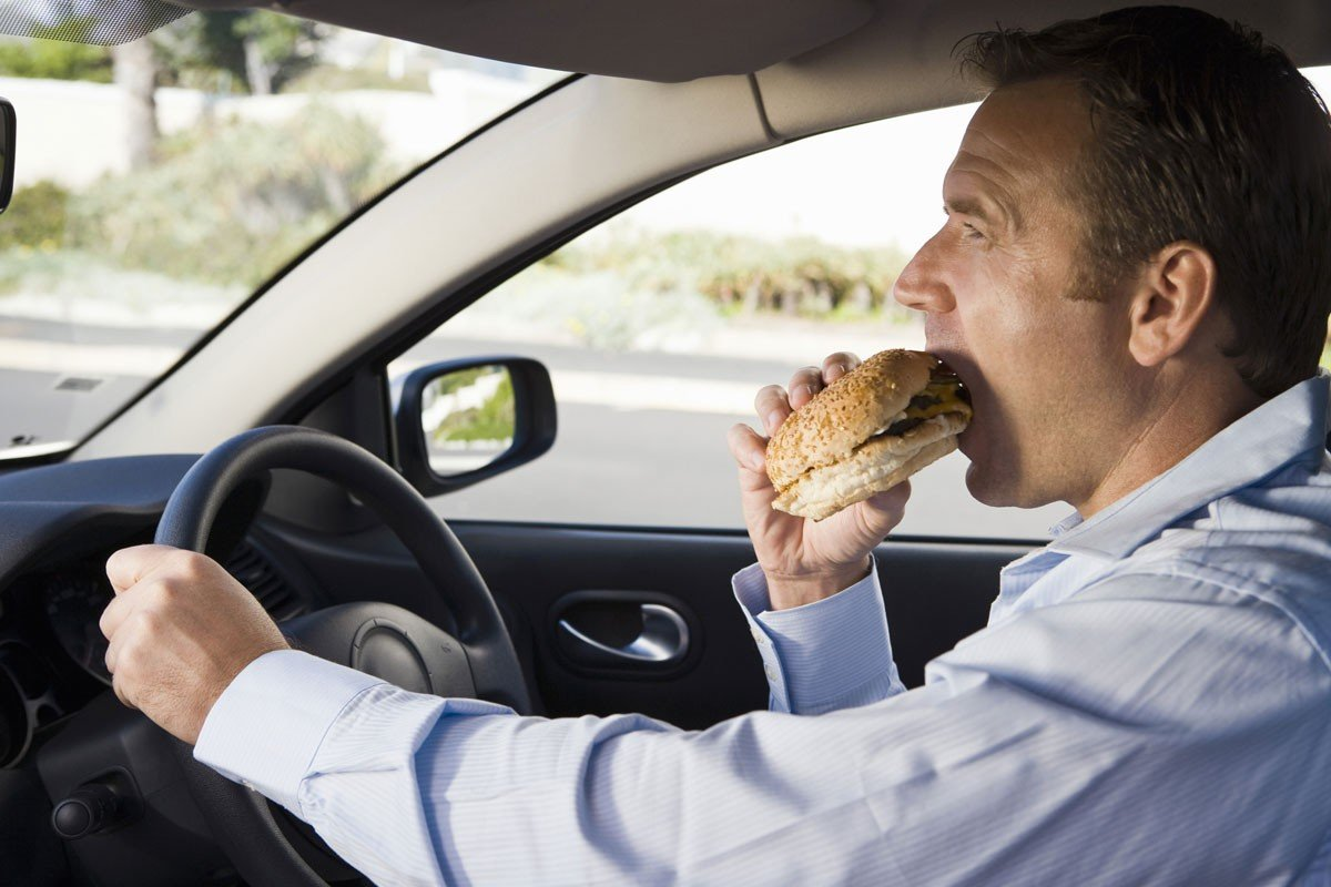 Ăn uống khi lái xe a5